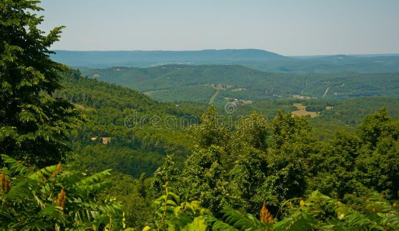 Luxúria verde alta do estado de Ozark Mountain Overlook fora fotos de stock