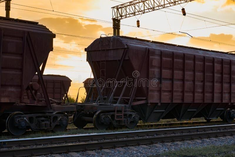 Lux-torpeda dla suchego ładunku podczas pięknego zmierzchu, kolorowego niebo, linii kolejowej infrastruktura, transport i przemys fotografia stock