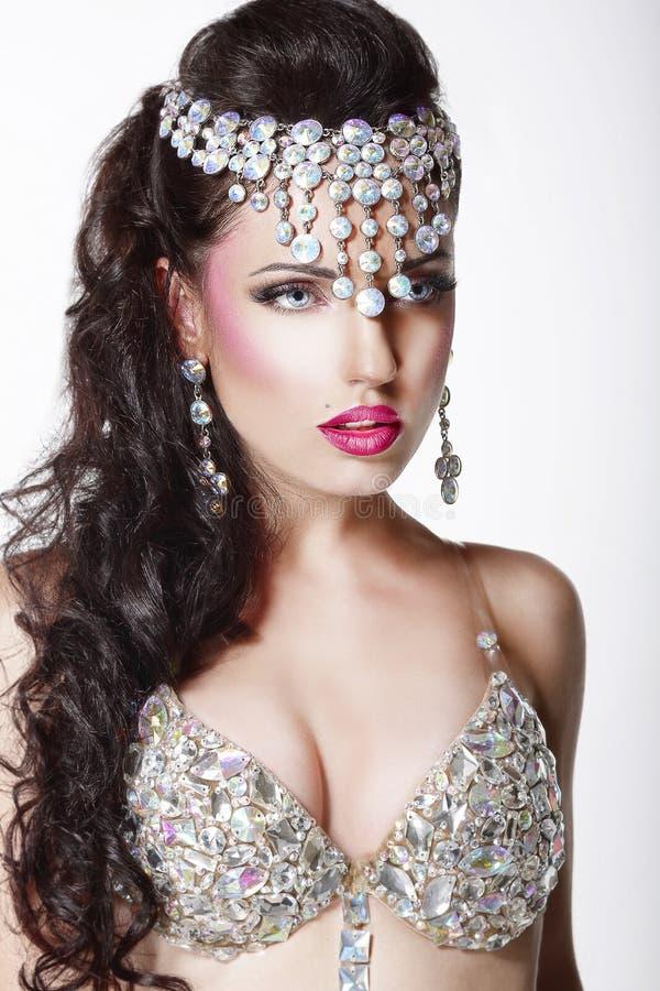 Luxe. Aristrocratische Vrouw in Glanzende Kroon met Juwelen royalty-vrije stock foto
