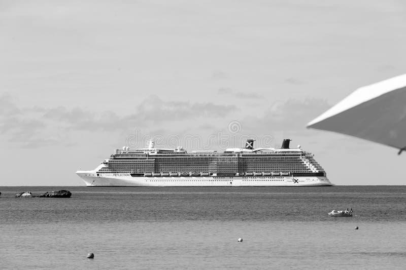 Luxe, bateau de croisière blanc en mer images libres de droits