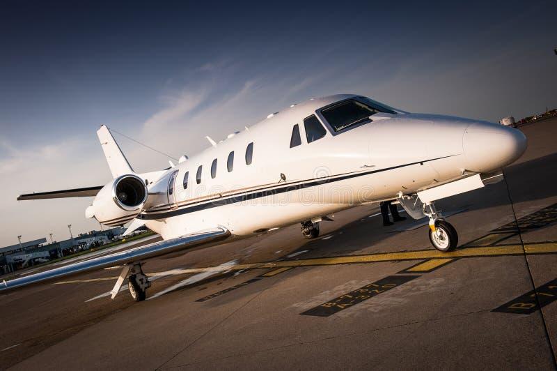 Luxe bedrijfsdiestraal bij het luchthaventarmac wordt geparkeerd royalty-vrije stock afbeeldingen