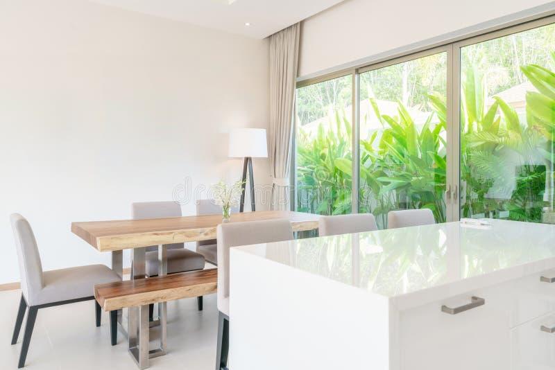 Luxe binnenlands ontwerp in woonkamer van poolvilla's Luchtige en heldere ruimte met hoog opgeheven plafond en keukengebied met h royalty-vrije stock afbeelding