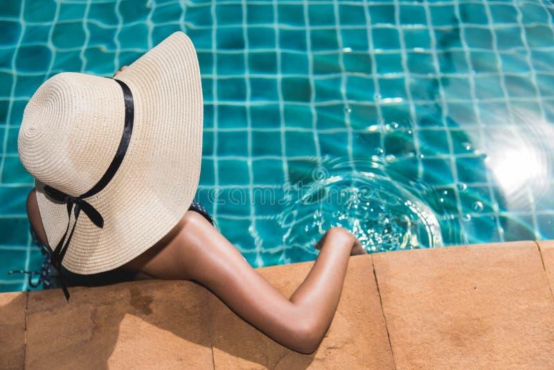 Luxe de mode de vie de jeune femme dans le bikini détendant à la station de vacances images stock
