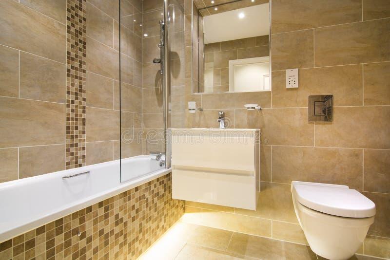 Luxe drie stukbadkamers in bruin beige - royalty-vrije stock foto's