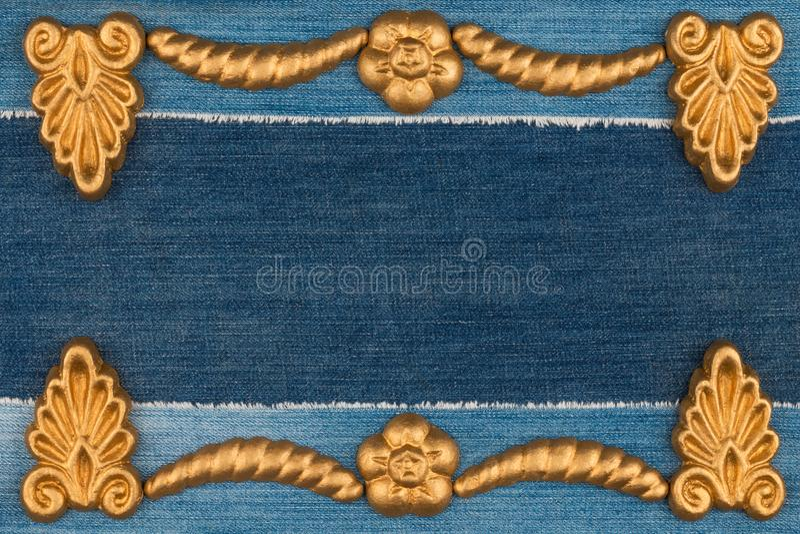 Luxe elegant die kader van gouden gipspleisterpleister wordt gemaakt die op denim liggen De ruimte van het exemplaar royalty-vrije stock afbeeldingen