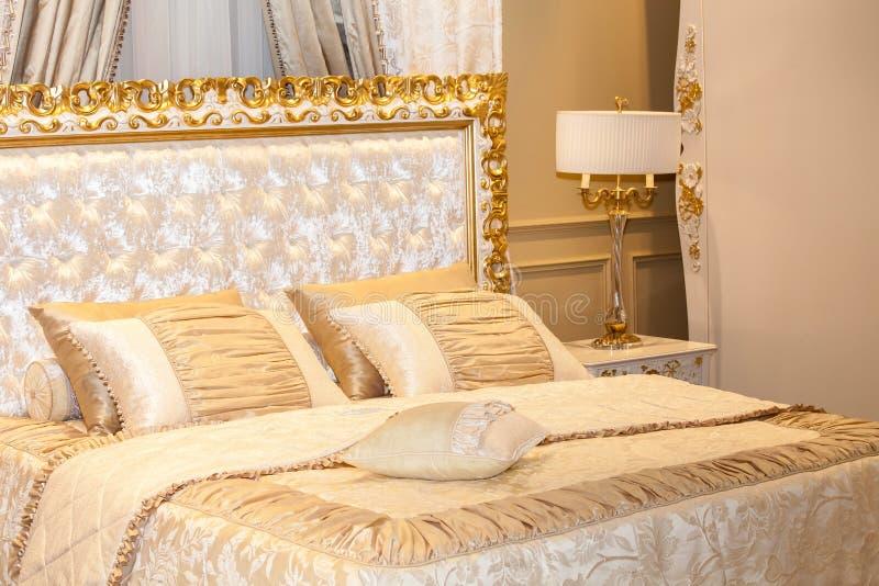 Luxe gouden slaapkamer stock afbeelding. Afbeelding bestaande uit ...