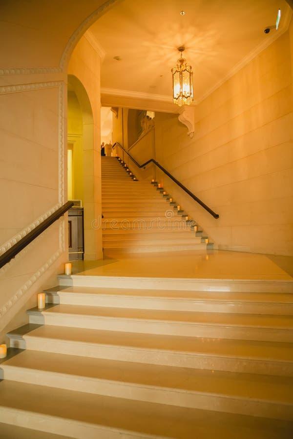 Luxe grote witte marmeren trap stock fotografie
