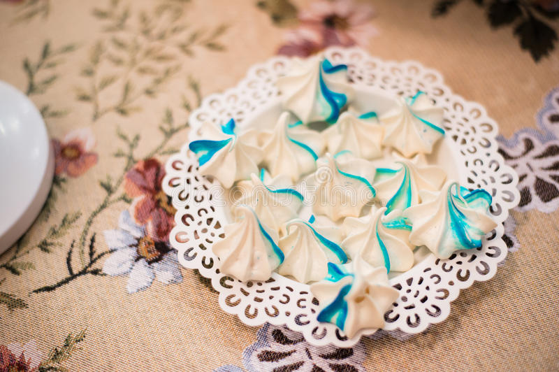 Luxe heerlijke blauwe bizets bij verjaardagsviering, verrukkingsdessert, richtende partij in een restaurant stock fotografie