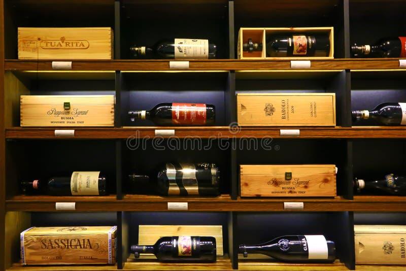 Luxe Italiaanse wijnen op verkoop in Londen royalty-vrije stock foto's