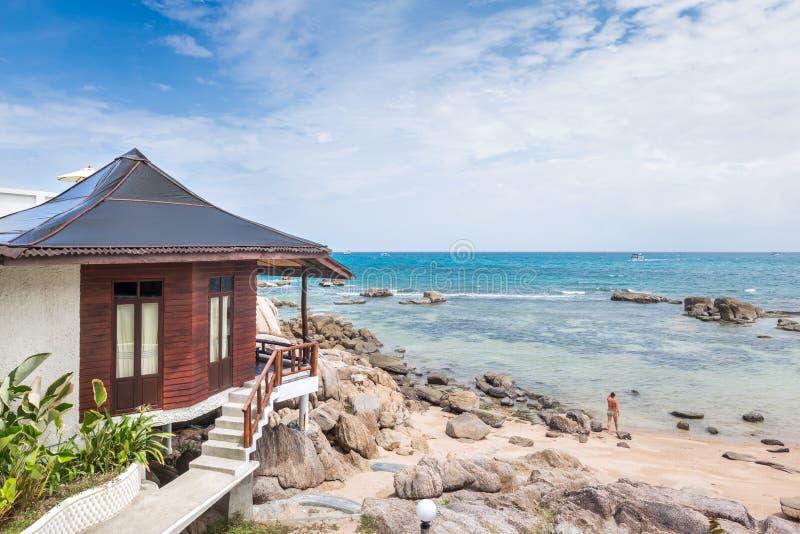 Luxe met stro bedekt dak over overzeese bungalowtoevlucht in een vakantiereso royalty-vrije stock afbeeldingen