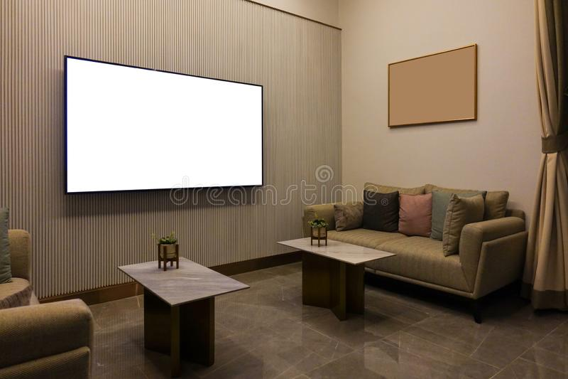 Luxe moderne woonkamer met meubilair, lege het schermtv en omlijsting, bankdecoratie bij nacht Huis binnenlands ontwerp royalty-vrije stock afbeelding