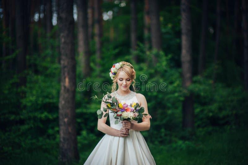 Luxe modieuze jonge bruid en bruidegom op de achtergrondlente su royalty-vrije stock foto