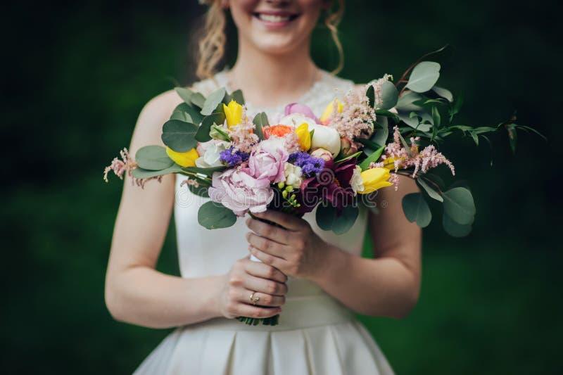 Luxe modieuze jonge bruid en bruidegom op de achtergrondlente su royalty-vrije stock afbeelding