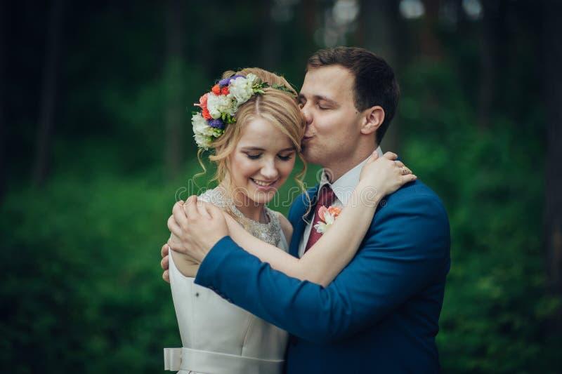 Luxe modieuze jonge bruid en bruidegom op de achtergrondlente su stock afbeeldingen
