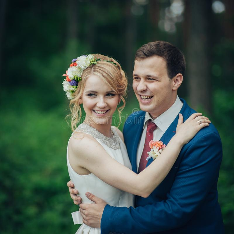 Luxe modieuze jonge bruid en bruidegom op de achtergrondlente su stock afbeelding