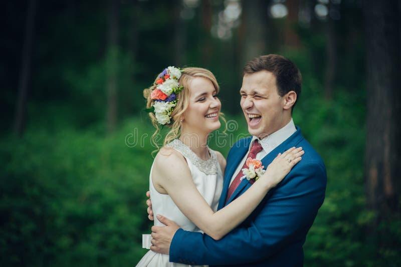 Luxe modieuze jonge bruid en bruidegom op de achtergrondlente su stock foto