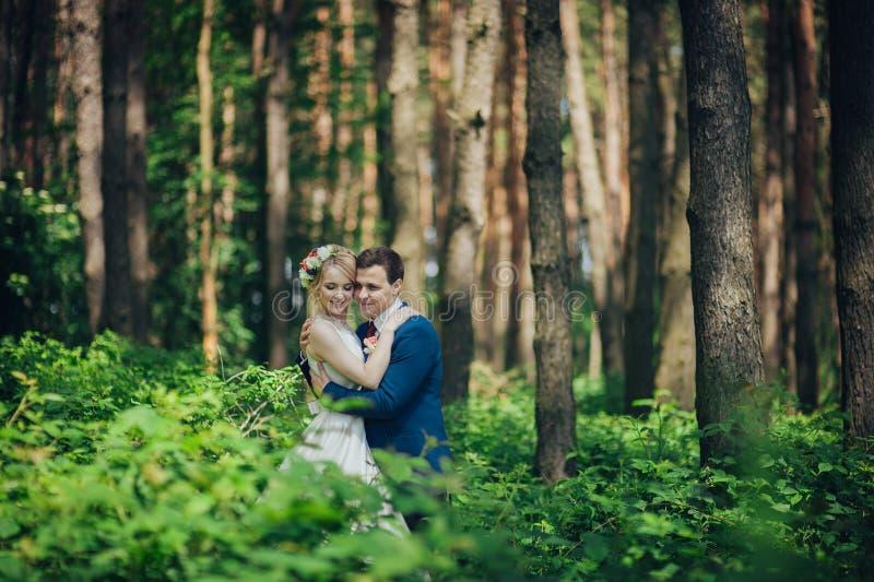 Luxe modieuze jonge bruid en bruidegom op de achtergrondlente su royalty-vrije stock fotografie