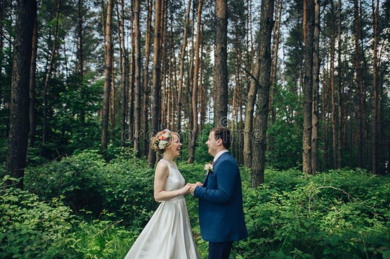 Luxe modieuze jonge bruid en bruidegom op de achtergrondlente su royalty-vrije stock foto's