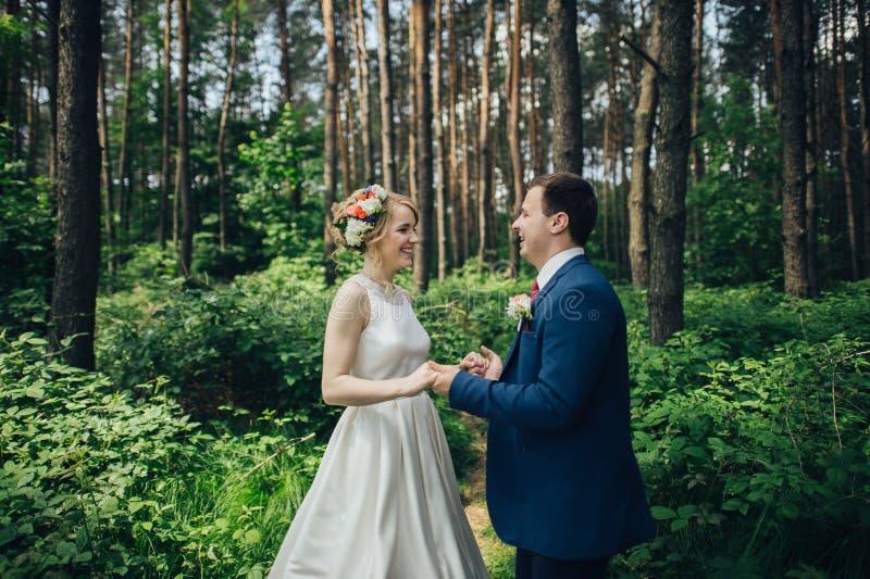 Luxe modieuze jonge bruid en bruidegom op de achtergrondlente su royalty-vrije stock afbeeldingen