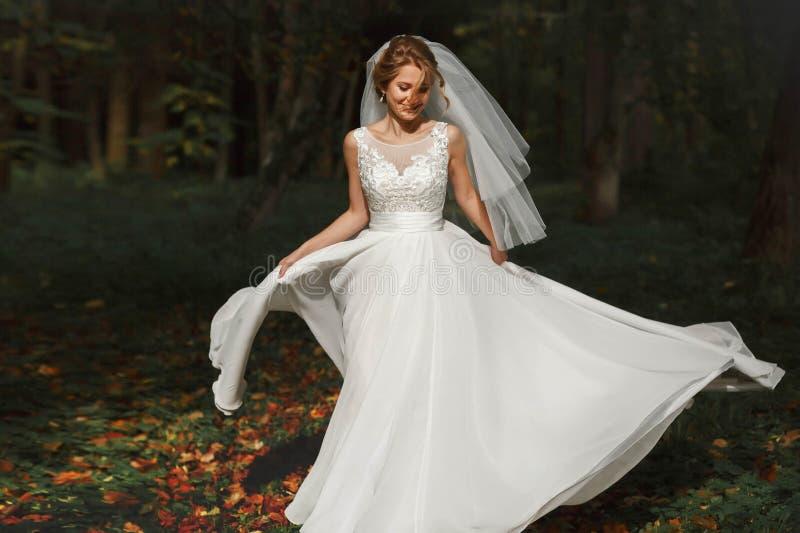 Luxe modieuze jonge bruid op achtergrond de lente zonnige groen royalty-vrije stock foto's
