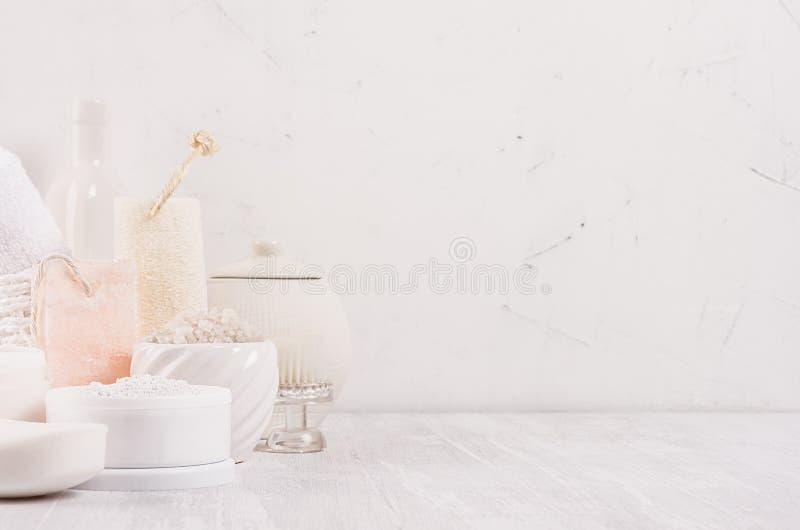 Luxe organische lichaam en skin care spa lichte schoonheidsmiddeleninzameling en natuurlijke badtoebehoren op witte houten achter royalty-vrije stock foto