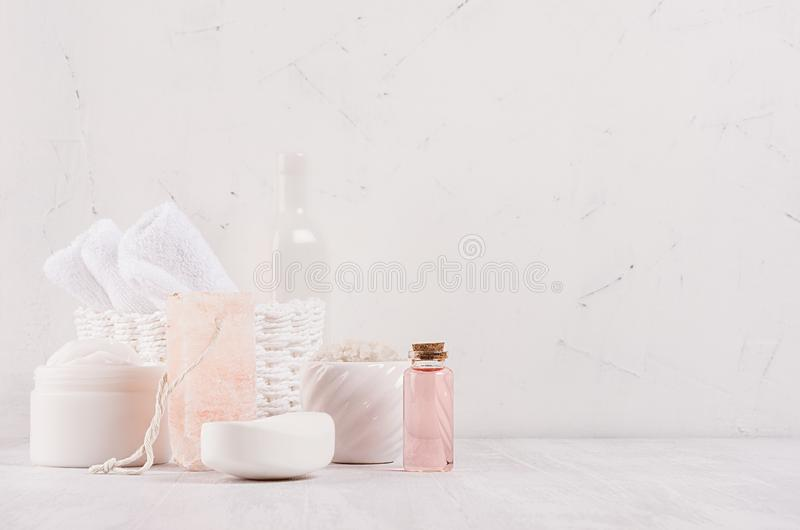 Luxe organische lichaam en skin care spa schoonheidsmiddeleninzameling, roze olie en natuurlijke badtoebehoren op witte houten ac stock fotografie