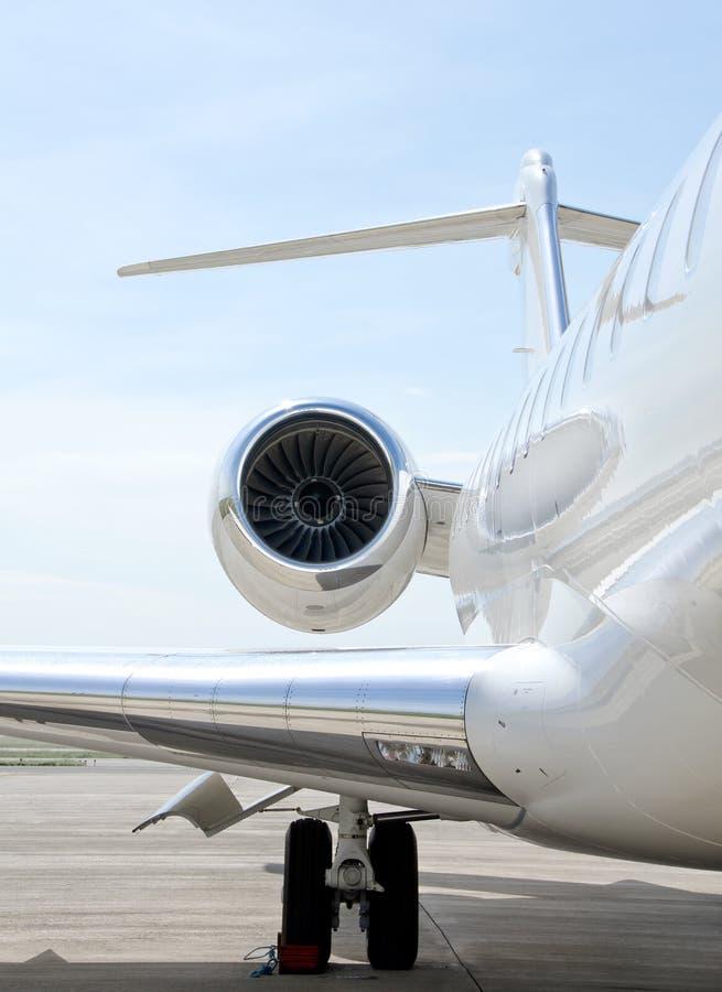 Luxe privé jet die - Bombardier vliegen royalty-vrije stock fotografie