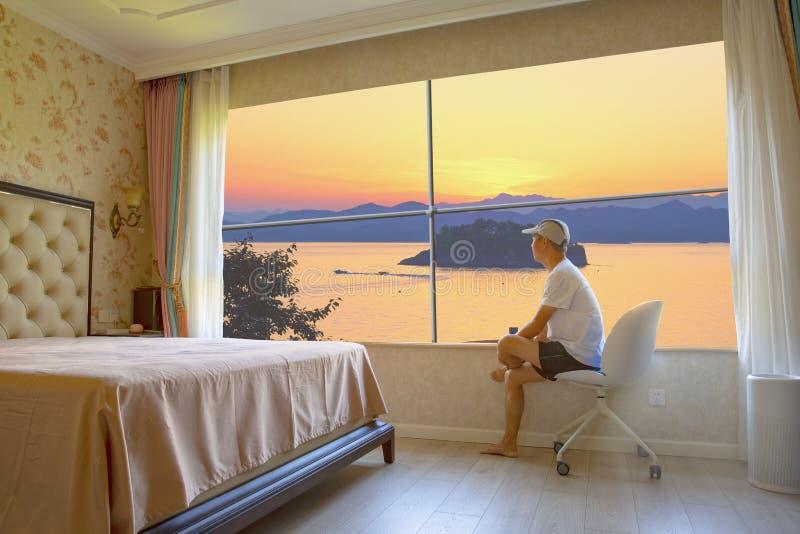 Luxe slaapkamer met geweldige meerweergave stock afbeelding