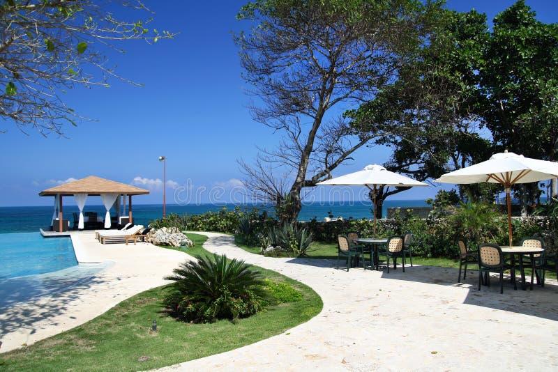Luxe summerhouses met zwembad dichtbij oceaan stock foto