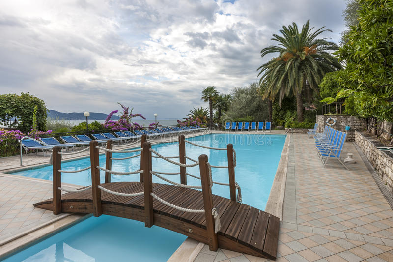 Luxe zwembad met mooie meningen van Meer stock afbeeldingen