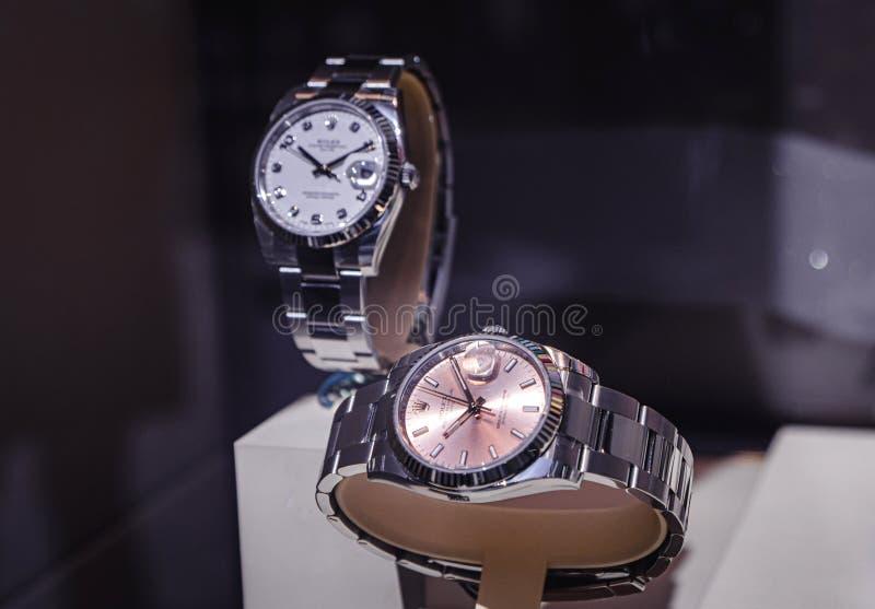 Luxe Zwitsers horloge Rolex in de Officiële Handelaar van het showcasevenster stock afbeeldingen