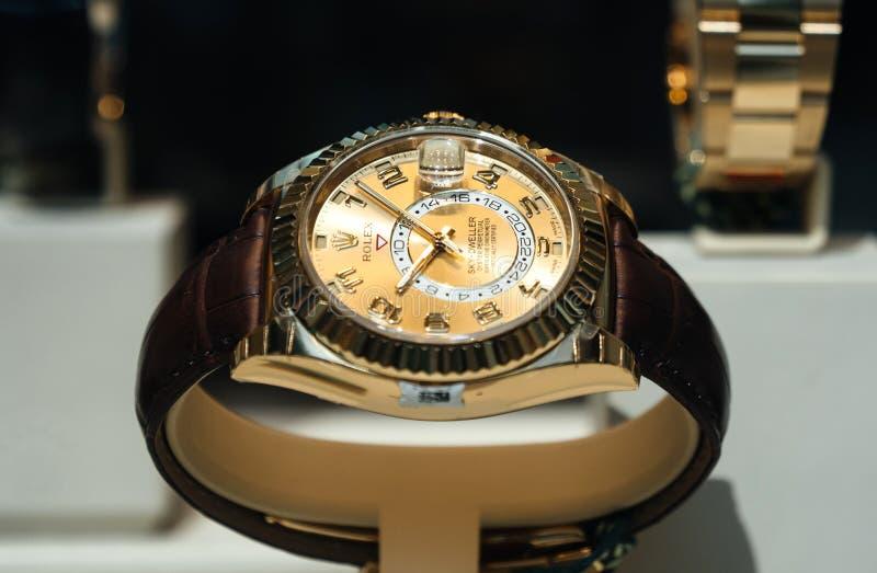 Luxe Zwitsers horloge Rolex in de Officiële Handelaar van het showcasevenster royalty-vrije stock afbeelding
