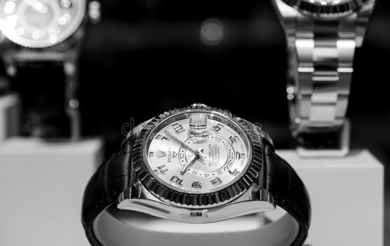 Luxe Zwitsers horloge Rolex in de Officiële Handelaar van het showcasevenster royalty-vrije stock foto