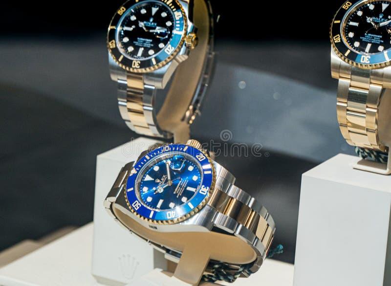 Luxe Zwitsers horloge Rolex Submariner in de Officiële Handelaar van het showcasevenster royalty-vrije stock fotografie