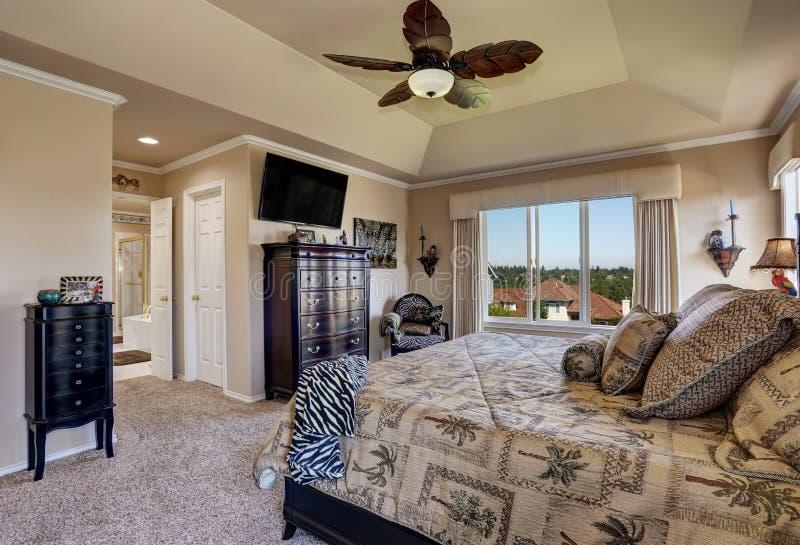 Luxebinnenland van hoofdslaapkamer met zwart meubilair royalty-vrije stock afbeeldingen