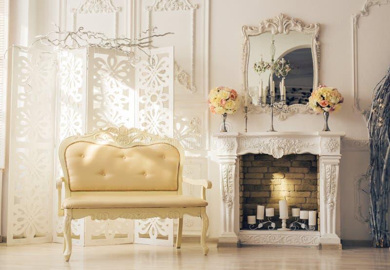 Luxebinnenland van woonkamer met oud modieus uitstekend meubilair stock foto