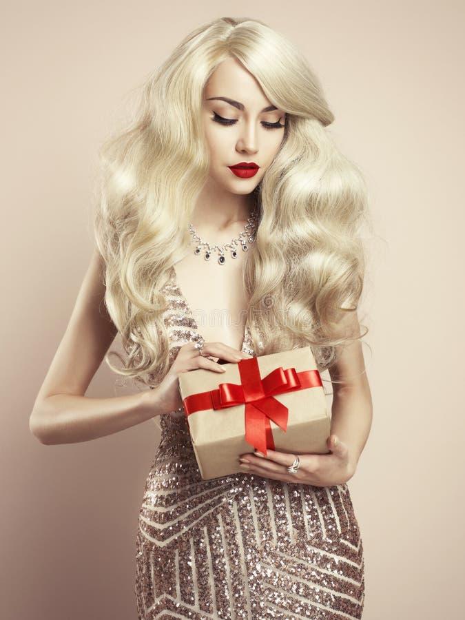 Luxeblonde met een Kerstmisgift stock afbeeldingen