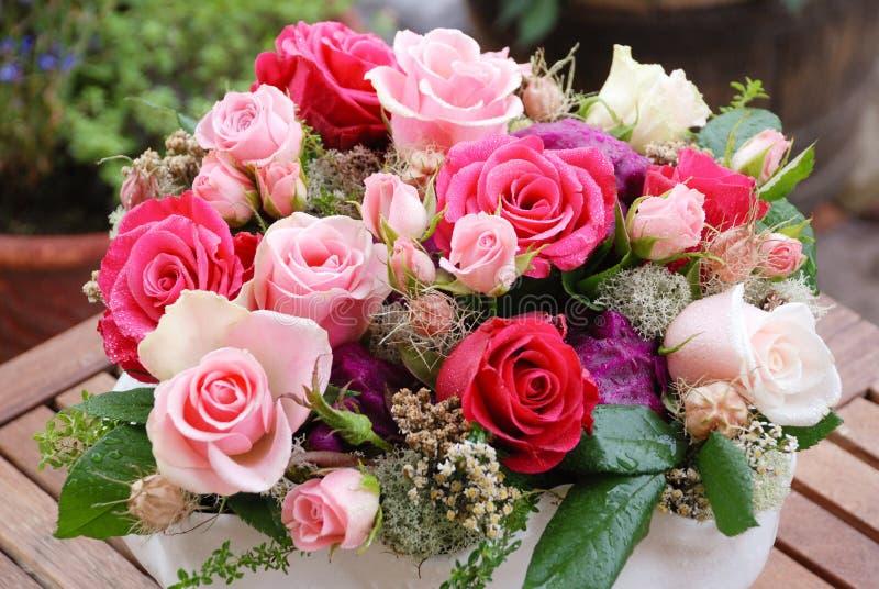 Luxeboeket van rode rozen in de Valentijnskaartenboeket van de bloemwinkel wordt gemaakt van rode rozen die stock foto