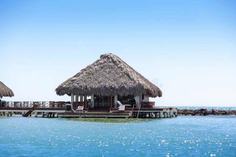 Luxebungalow met een met stro bedekt dak stock fotografie
