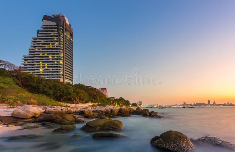 Luxeflatgebouw met koopflats in Pattaya-stad met zonsondergangtijd royalty-vrije stock afbeelding