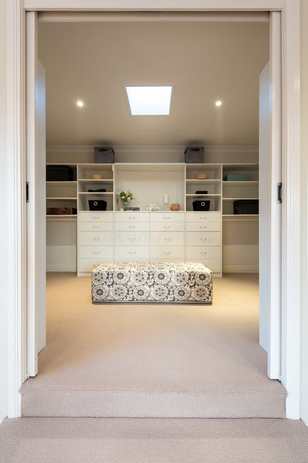Luxegang in garderobe of kleedkamer in een binnenlands huis of huis stock afbeelding