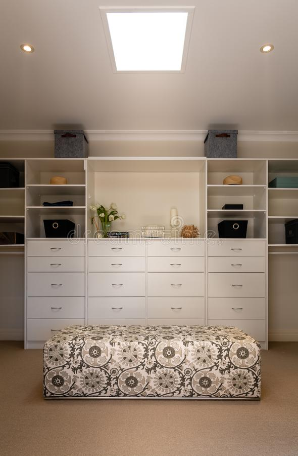 Luxegang in garderobe of kleedkamer in een binnenlands huis of onroerende goederen huis - royalty-vrije stock foto's