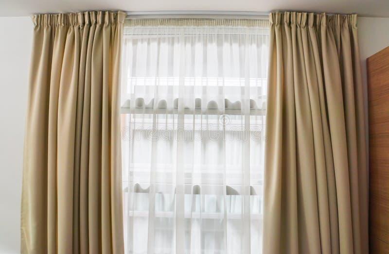 Luxegordijn bij venster binnenshuis stock foto's