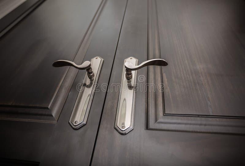 Luxehand - gemaakte natuurlijke houten deuren royalty-vrije stock foto's