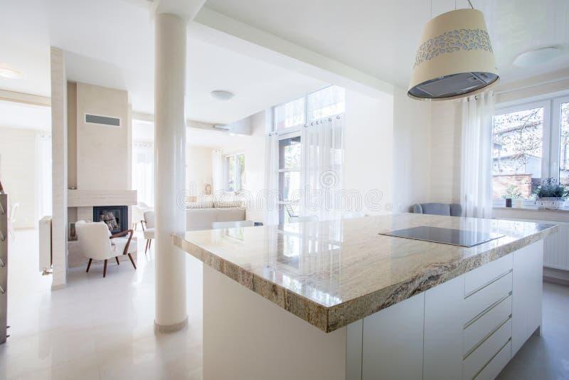 Luxehuis met marmeren elementen stock afbeeldingen