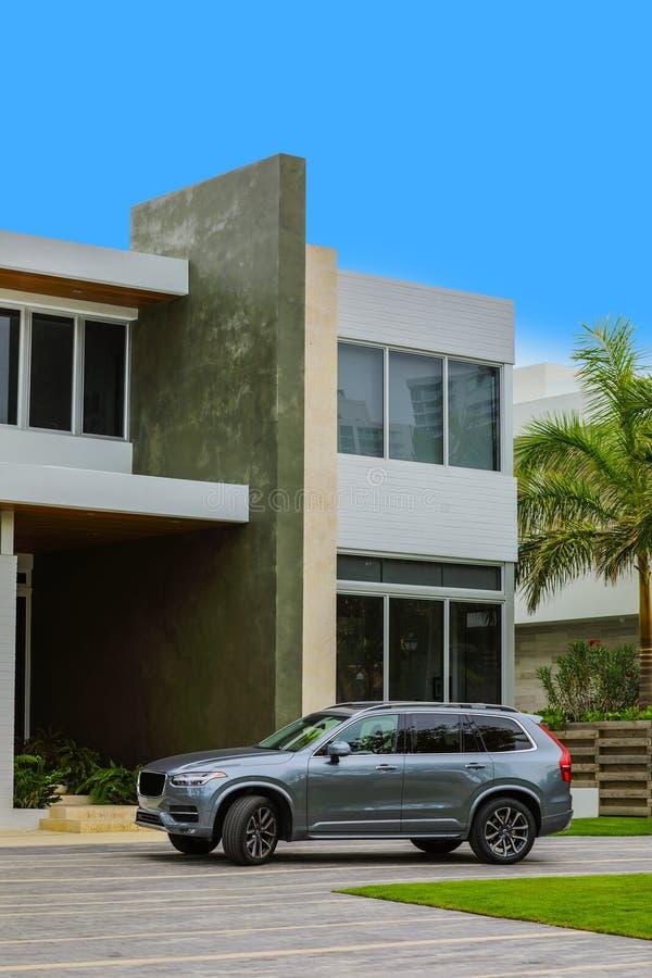 Luxehuis met nieuw die SUV in de oprijlaan wordt geparkeerd stock afbeeldingen