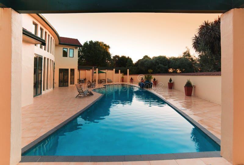 Luxehuis met pool royalty-vrije stock afbeeldingen