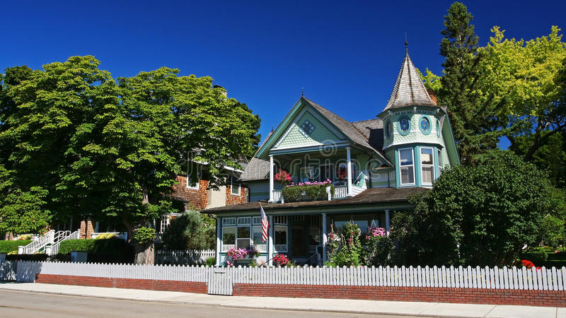 luxehuis op voorsteden tegen blauwe hemel, de V.S. stock afbeelding
