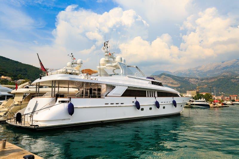 Luxejacht in Budva-jachthaven, Montenegro stock afbeeldingen