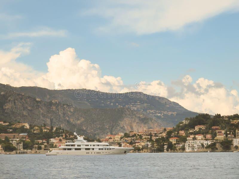 Luxejacht dichtbij Villefranche-sur-Mer, Kooi D 'Azur, Franse Riviera stock afbeeldingen